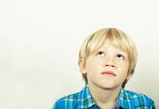 Niño que mira hacia arriba de pensamiento Imagenes de archivo