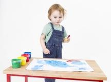 Niño que mira la pintura fotos de archivo libres de regalías