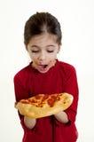 Niño que mira la pizza Foto de archivo libre de regalías