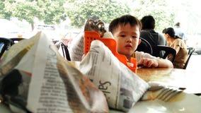 Niño que mira a Nasi Lemak Food en Malasia Fotos de archivo