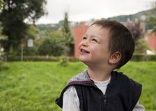Niño que mira para arriba Foto de archivo libre de regalías