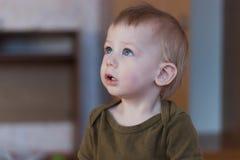 Niño que mira para arriba Fotografía de archivo
