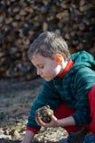 Niño que modela fango Fotografía de archivo libre de regalías