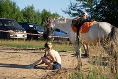 Niño que monta un caballo en prado en la primavera - Rusia Berezniki 21 de julio de 2018 fotografía de archivo libre de regalías