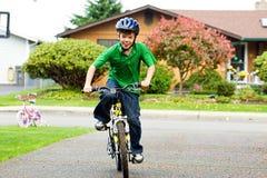 Niño que monta una bici imagen de archivo libre de regalías