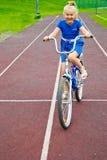 Niño que monta una bicicleta Imagen de archivo libre de regalías