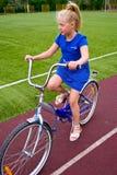 Niño que monta una bicicleta Foto de archivo libre de regalías