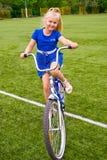 Niño que monta una bicicleta Imágenes de archivo libres de regalías