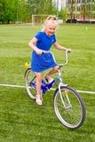 Niño que monta una bicicleta Foto de archivo
