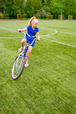 Niño que monta una bicicleta Fotos de archivo