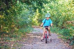Niño que monta una bicicleta Fotos de archivo libres de regalías