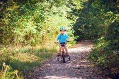 Niño que monta una bicicleta Fotografía de archivo