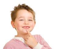 Niño que muestra apagado sus dientes perdidos Fotografía de archivo