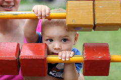 Niño que oculta detrás de bloques Foto de archivo