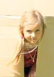 Niño que oculta en caja Imágenes de archivo libres de regalías