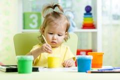 Niño que pinta en casa Imágenes de archivo libres de regalías