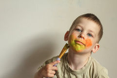 Niño que pinta su cara Foto de archivo libre de regalías