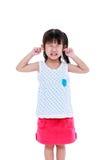 Niño que pone el finger en sus oídos Aislado en el fondo blanco imagen de archivo libre de regalías