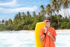 Niño que practica surf en la playa tropical Persona que practica surf en el océano Fotografía de archivo