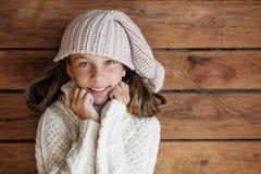 Niño que presenta en ropa hecha punto Foto de archivo