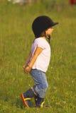 Niño que recorre en el prado Foto de archivo libre de regalías