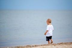 Niño que recorre en la playa Imágenes de archivo libres de regalías