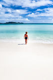 Niño que recorre en una playa tropical Fotografía de archivo
