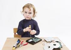 Niño que repara la pieza del ordenador fotos de archivo libres de regalías