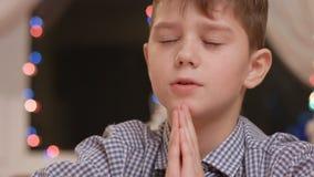Niño que ruega hacia fuera ruidosamente metrajes