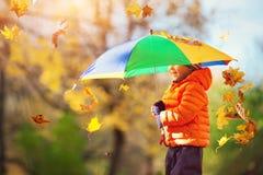 Niño que se coloca con el paraguas en día otoñal hermoso Fotografía de archivo libre de regalías