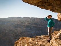 Niño que se coloca en un top de la montaña fotos de archivo