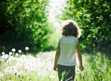 Niño que se divierte al aire libre Imagen de archivo
