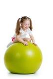 Niño que se divierte con la bola del ajuste aislada Fotos de archivo