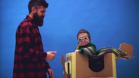 Niño que se divierte en casa Muchacho lindo del niño en el aeropuerto Aviador experimental del niño con sueños del aeroplano de v almacen de video