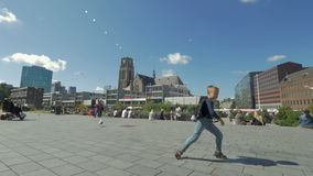 Niño que se divierte y que baila en la calle de la ciudad, Rotterdam almacen de video