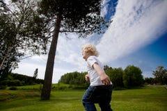Niño que se ejecuta al aire libre Fotografía de archivo
