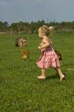 Niño que se ejecuta descalzo en granja Imagenes de archivo