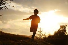 Niño que se ejecuta en prado Imagen de archivo libre de regalías