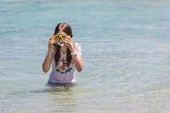 Niño que se prepara para zambullirse en el mar claro Foto de archivo libre de regalías