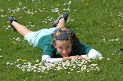 Niño que se reclina sobre la hierba en primavera Fotografía de archivo