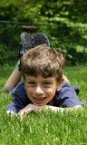 Niño que se relaja foto de archivo