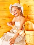 Niño que se relaja en la sauna. fotografía de archivo libre de regalías