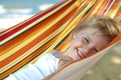 Niño que se relaja en una hamaca Imagen de archivo libre de regalías
