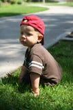 Niño que se sienta de Pathway Imagenes de archivo