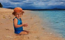 Niño que se sienta en el agua Fotografía de archivo libre de regalías