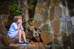 Niño que se sienta en pasos Fotos de archivo libres de regalías