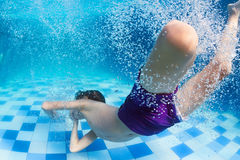 Niño que se zambulle bajo el agua en piscina Imagen de archivo libre de regalías
