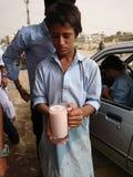 Niño que sirve la bebida de Thadhal imagenes de archivo