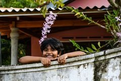 Niño que sonríe de su propia yarda fotografía de archivo