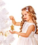 Niño que sostiene el copo de nieve para adornar el árbol de navidad. Imagenes de archivo